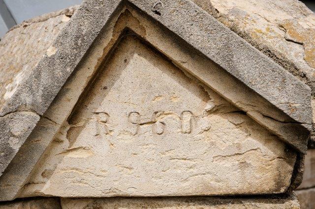 A képen épület, kő, tető, tégla látható  Automatikusan generált leírás