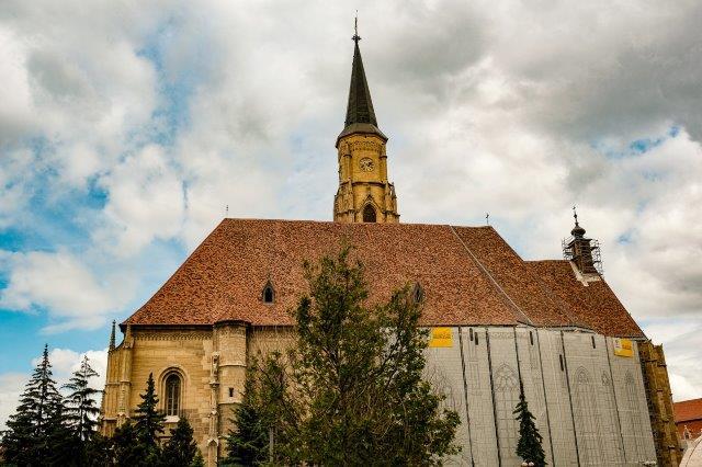 A képen épület, kültéri, templom, óra látható  Automatikusan generált leírás