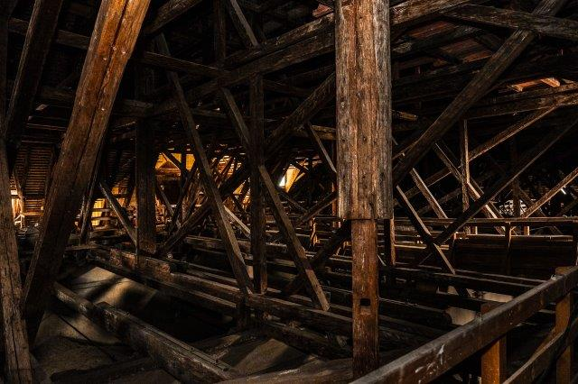 A képen épület, fából készült, faanyag, vonat látható  Automatikusan generált leírás