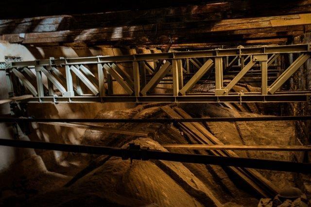 A képen épület, híd, ülő, fából készült látható  Automatikusan generált leírás